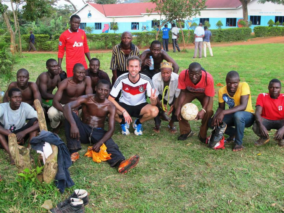 Volunteer in Uganda with local youth