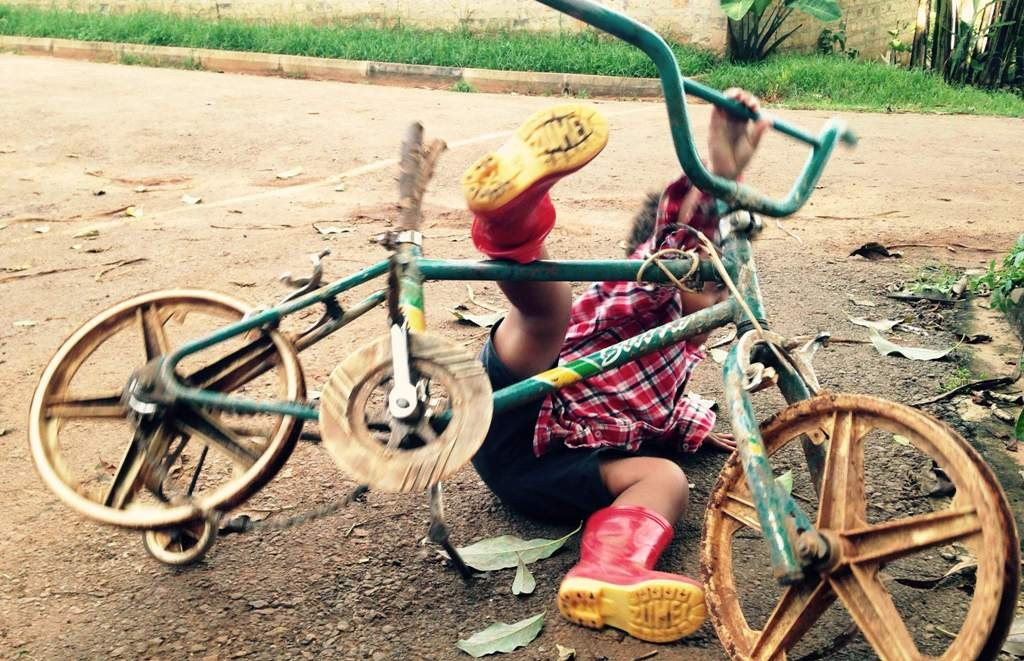 Ugandan children are allowed to take risks, fall down, and have fun. Volunteer in Africa and be a part of that freedom.